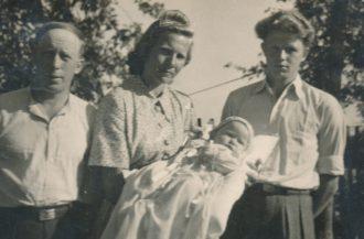 Eduard Tetto ja Hilda Kalda (Elle Soosalu ema) ja lapse isa Osvald Luige. Ristitav laps Olev Luige ristiema süles. Viru-Kabalas.
