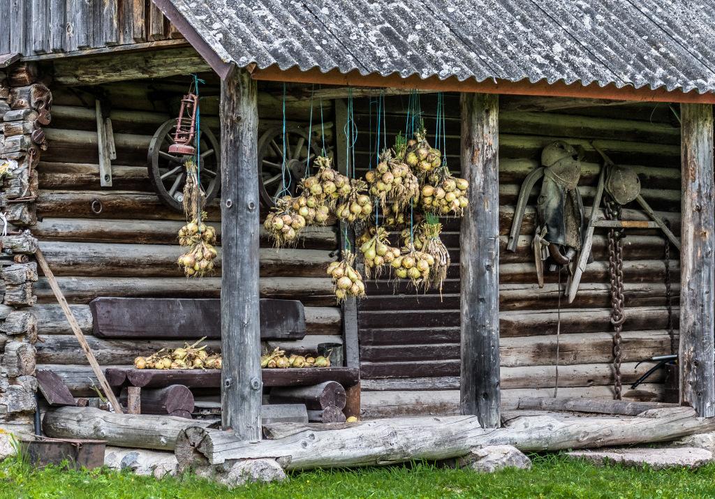 Autor: Silvi Arold. Pildil on vana Kubja talu ait, kus praegu toimub loomadele jahu jahvatamine ja nädalase jahuportsu hoidmine.