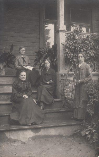 C. R. Jakobsoni lesk Julie koos tütardega.