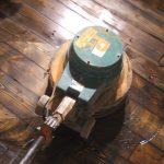 Naturaalse põrandaõli (brasiilia pruun) pealekandmine ketaslihvijaga. (Tallinn, Veerenni asum)