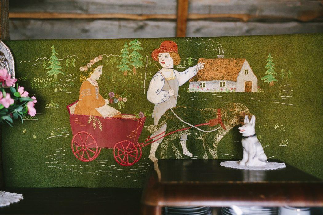 """Adra talu vanaperenaise Elise tikitud seinavaip, mille kohta tema abikaasa Hermann tavatses öelda: """"Näe, sedasi tõin mina omale naise majja."""""""